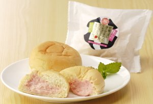 画像1: 苺ヨーグルト生クリームパン10個セット